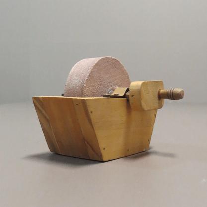 Rebolo em Pedra Natural para Afiar com Caixa de Madeira